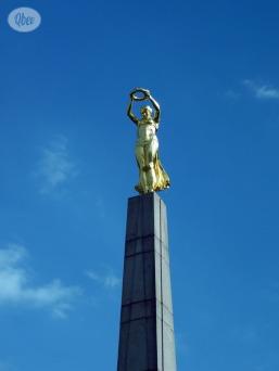 Estatua mujer oro