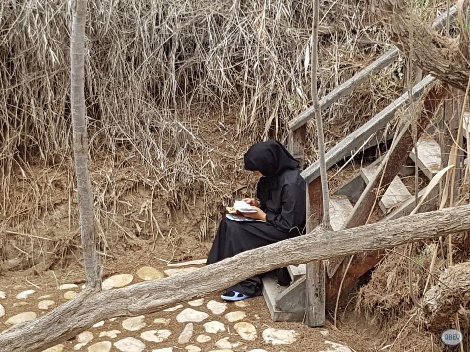 señora con biblia